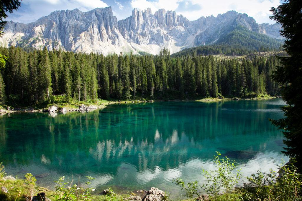I colori azzurro e verde del lago di Carezza