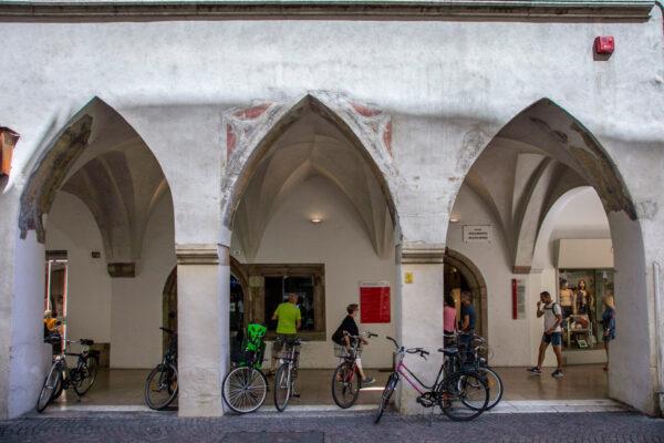 Ingresso ad antico municipio di Bolzano su via dei Portici
