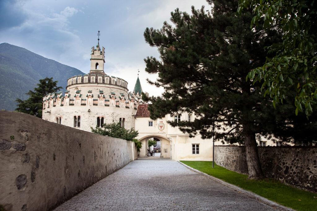 Ingresso all'Abbazia di Novacella con Castello dell Angelo