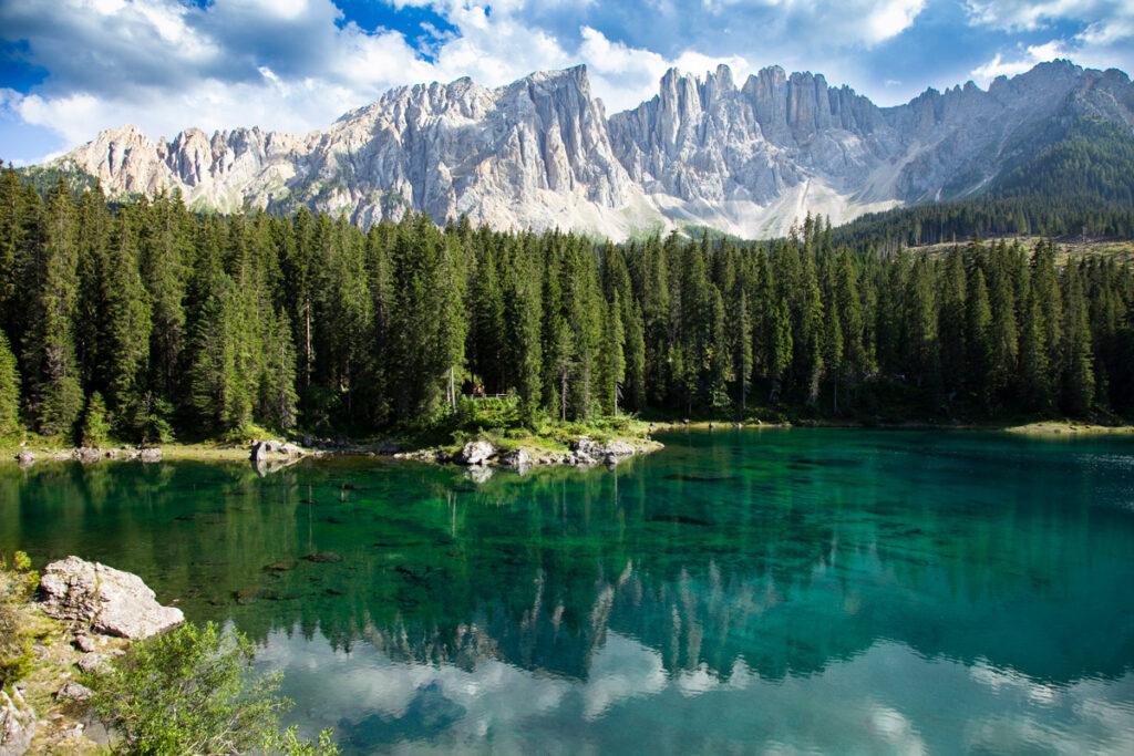Lago di Carezza e panorama naturale circostante