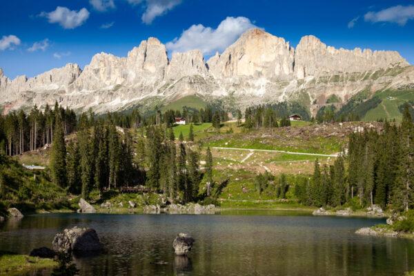 Montagne intorno al piccolo lago