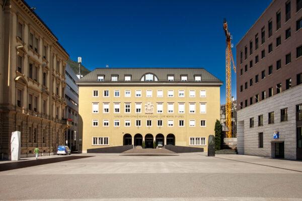 Piazza Silvius Magnano e Palazzo del Consiglio Provinciale di Bolzano