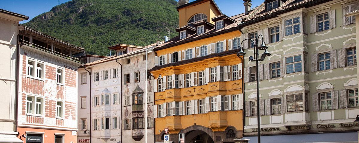 Piazza del Municipio di Bolzano verso via dei Portici