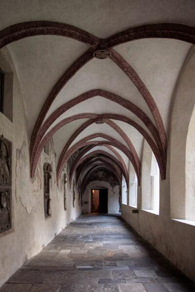 Porticati del chiostro dell'Abbazia di Novacella con affreschi e bassorilievi