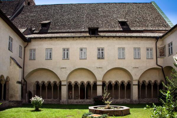 Porticati e giardini nel chiostro del convento dei Francescani