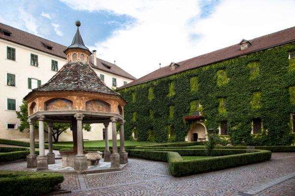Pozzo delle Meraviglie e Biblioteca con facciata coperta di piante