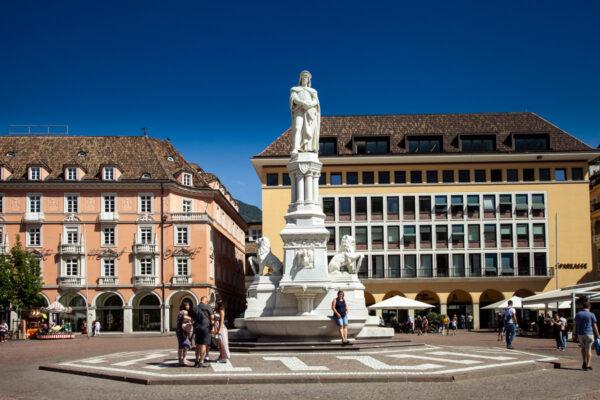 Statua di Walther von der Vogelweide in piazza Walther