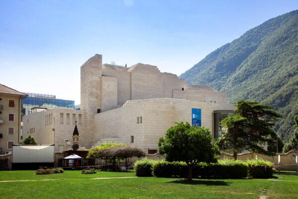 Teatro Comunale di Bolzano visto dal parco dei Cappuccini