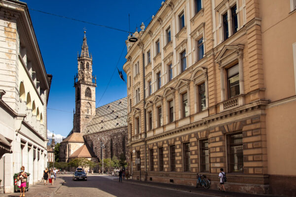 Via della Posta di Bolzano con Duomo cittadino sullo sfondo