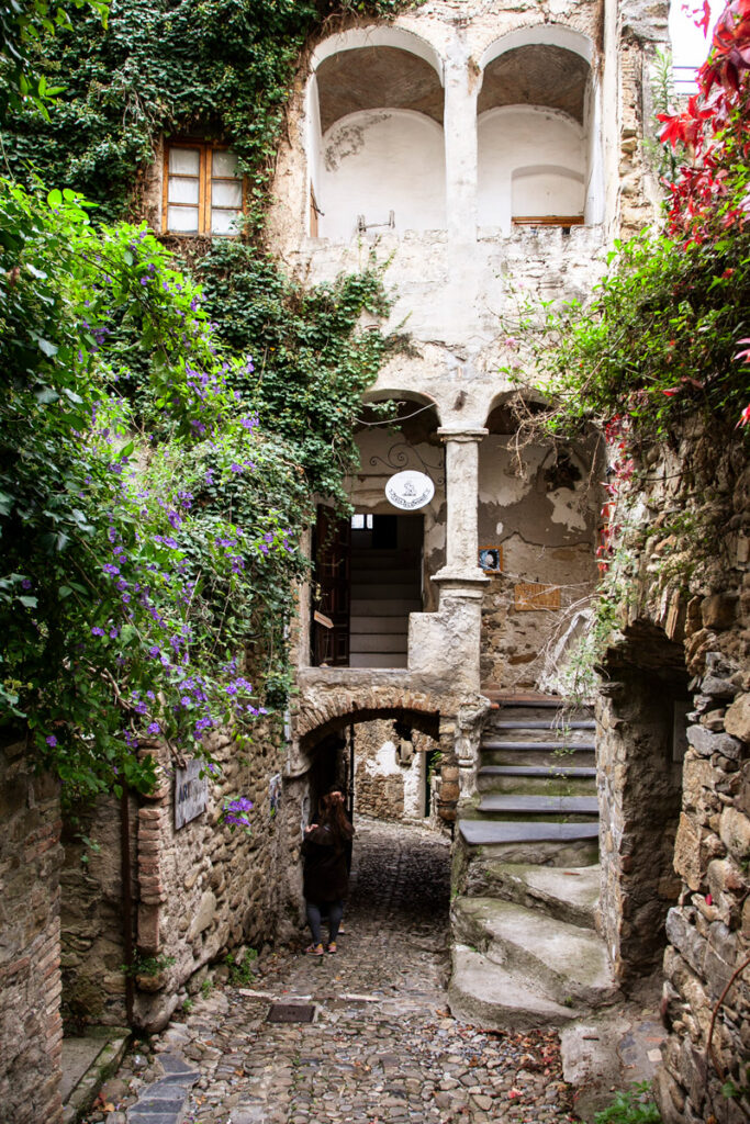 Archi e scalinata esterna nelle case di Bussana Vecchia