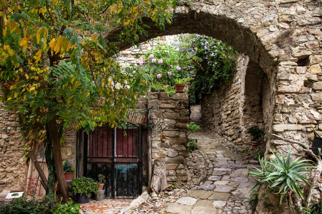 Arco tra le case costruite in pietra del borgo degli artisti ligure