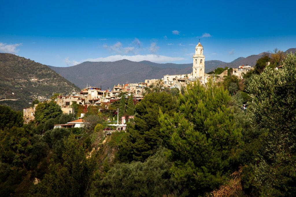 Bussana Vecchia vista panoramica sul borgo e sulla vallata con castagneti e pini
