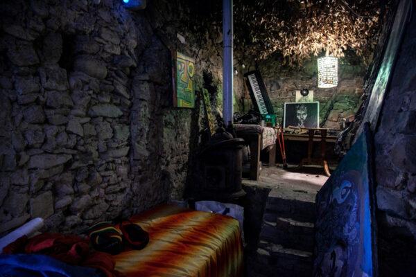 Camera da letto recuperata nelle case tra le macerie - Comunità Hippy Liguria