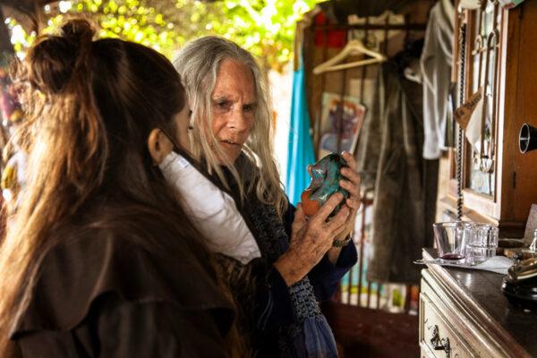 Cristina che racconta i suoi oggetti in ceramica - Artisti a Bussana Vecchia