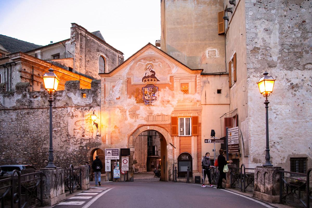 Facciata della Porta Reale di Finalborgo - Porta principale di ingresso al paese