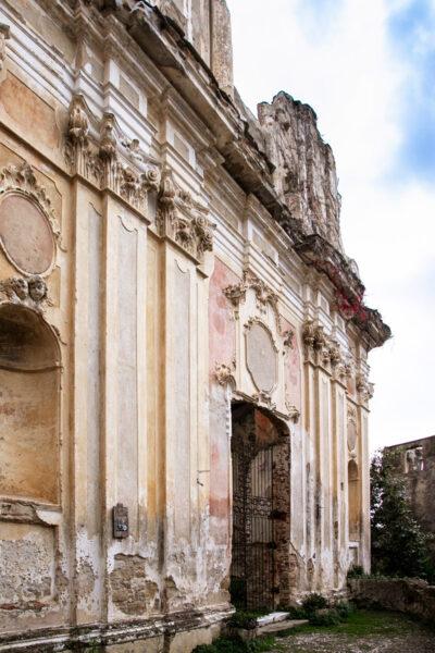 Facciata della chiesa di Sant'Egidio a Bussana Vecchia