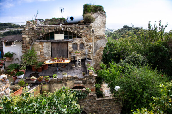 Giardino tra i ruderi di Bussana Vecchia visto dall alto