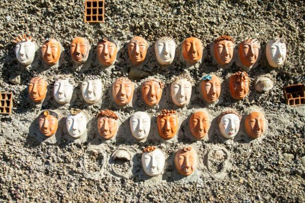 Ingresso al Borgo di Bussana Vecchia con opere di ceramica