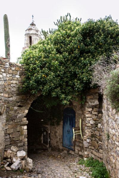 Installazioni natura campanile di Sant'Egidio e case in pietra a Bussana Vecchia