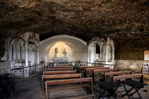 Interni delal chiesa della santissima annunziata - grotta con resti del pliocene