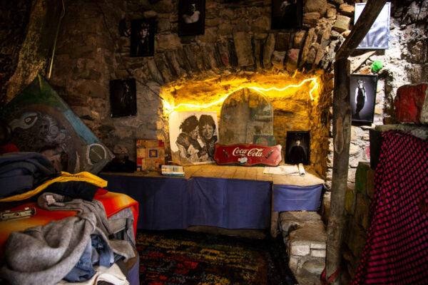 Interni della casa degli hippy recuperata dalle macerie di Bussana Vecchia