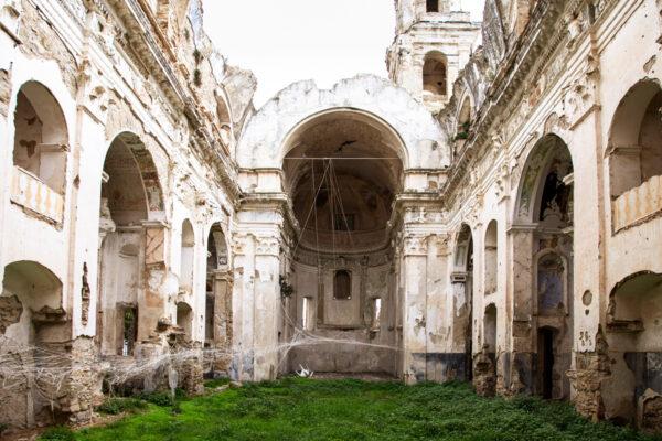 Interni della chiesa di Sant'Egidio di Bussana Vecchia con opera simile a ragnatela
