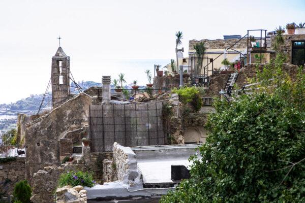 Oratorio di San Giovanni di Bussana Vecchia visto dal giardino tra i ruderi