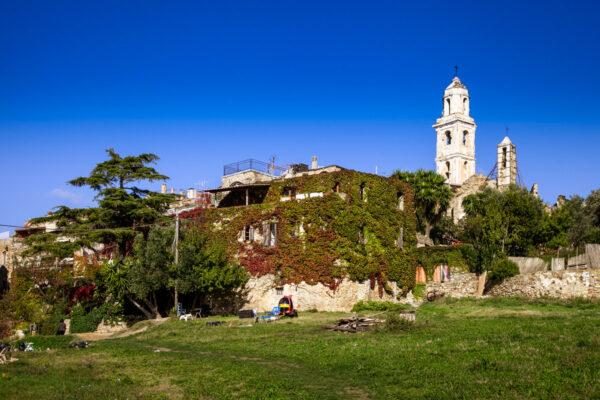 Parco all'ingresso del Borgo con Campanile della chiesa di Sant'Egidio