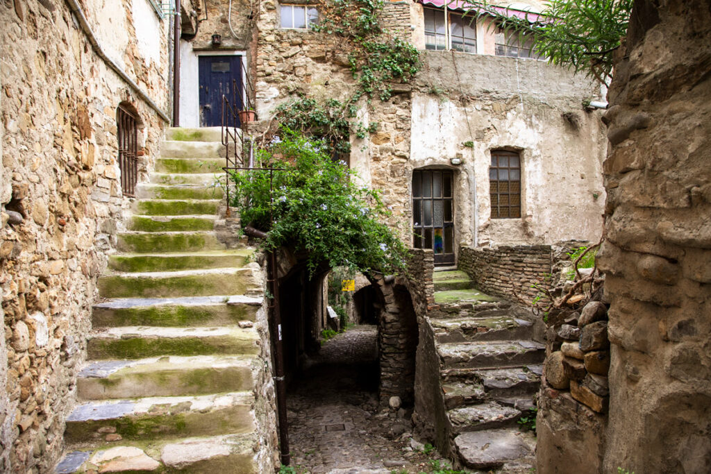 Scalinate e case nella comune hippy ligure - Bussana Vecchia