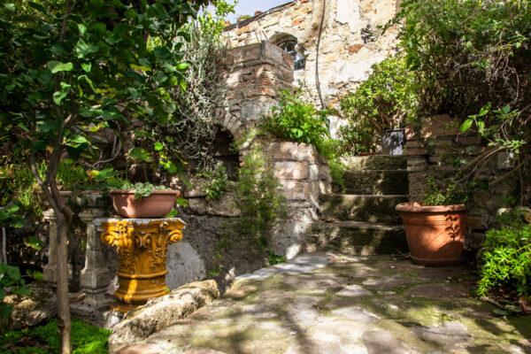 Scalinate e piante nel giardino tra i ruderi sviluppato su più livelli