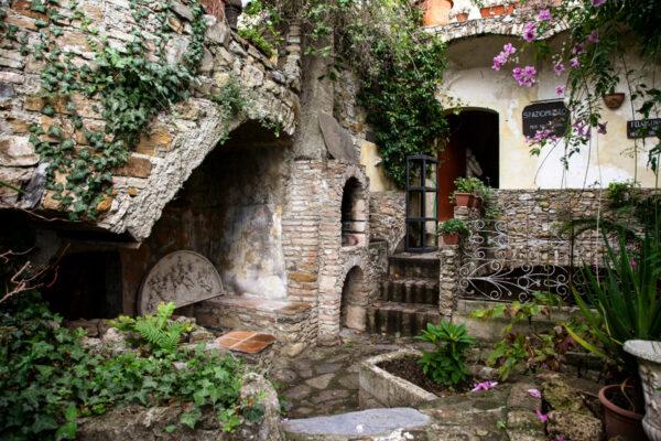 SpazioMuseo dentro al giardino tra i ruderi