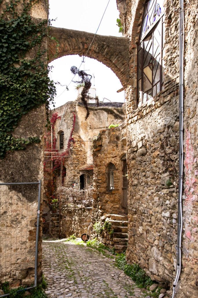 Vicoli con opere di artisti a Bussana Vecchia