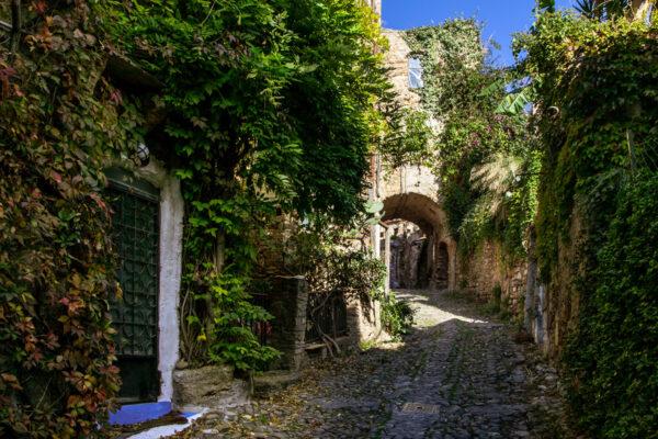 Vicoli tra le macerie delle case in pietra