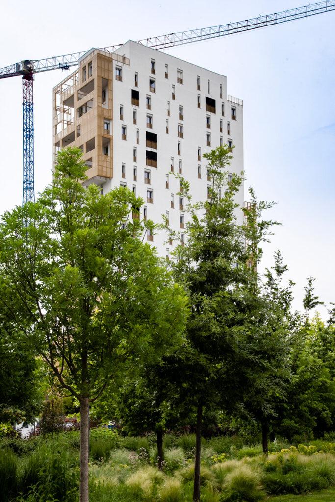 Torre Aurora di CityLife in mezzo agli alberi