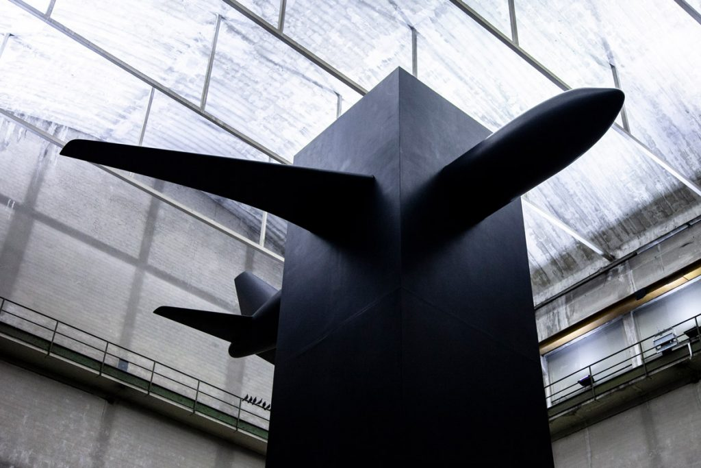 Aereo di Blind - Opera di Maurizio Cattelan - Mostra Breath Ghosts Blind ad Hangar Bicocca