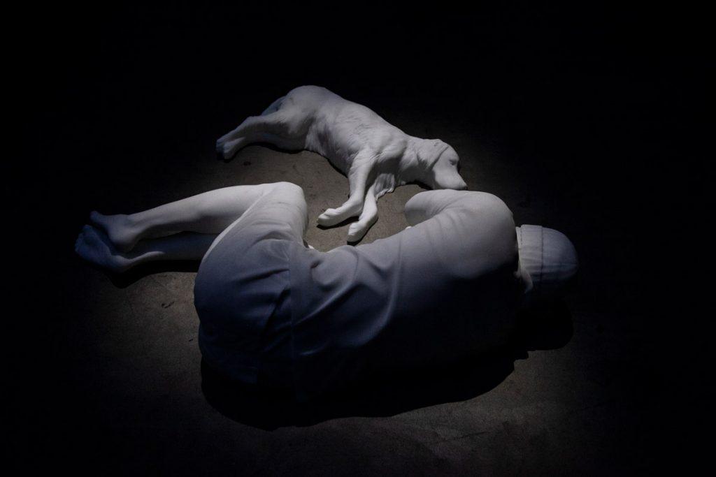Breath - Opera di Maurizio Cattelan con Cane e Uomo in marmo - 2021