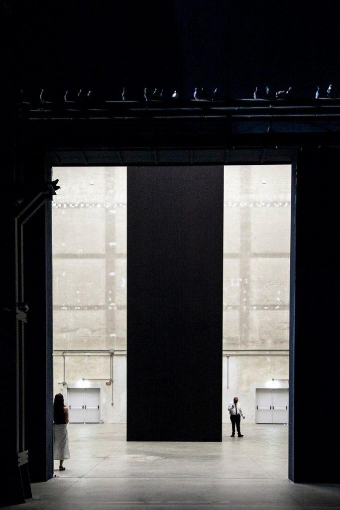Parallelepipedo di Blind nel cubo di Hangar Bicocca visto dalle navate